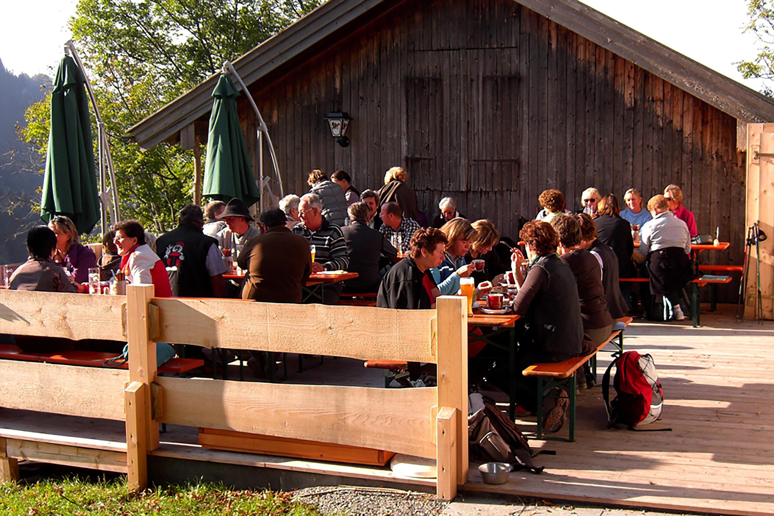 Gäste vor dem Berggasthof Petersberg