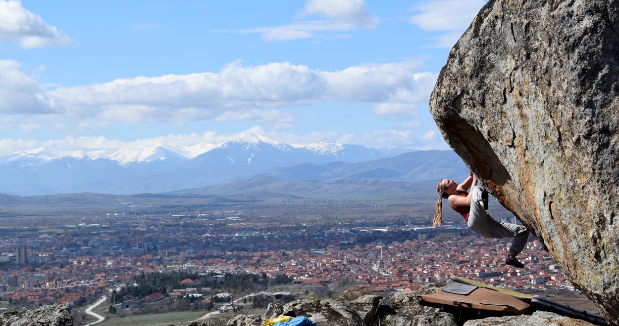 Sophia Hick bouldert in Mazedonien