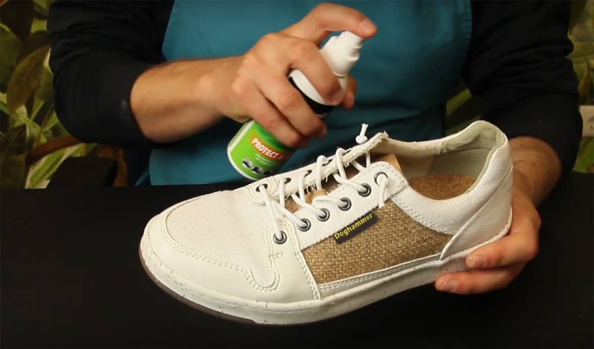 Weiße Sneaker imprägnieren