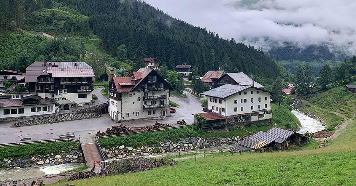 Dorf an Tag 8 des Almenwegs