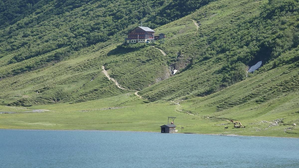 Blick auf eine Hütt am Tappenkarsee nähe Draugsteinalm