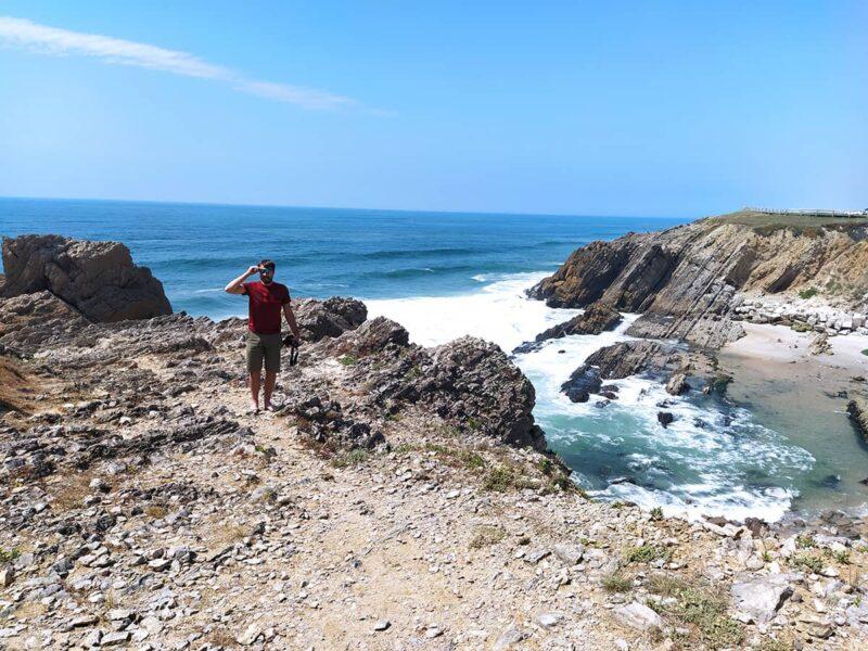 Zusammenfassung Portugal Roadtrip - Mila mit Ausblick aufs Meer