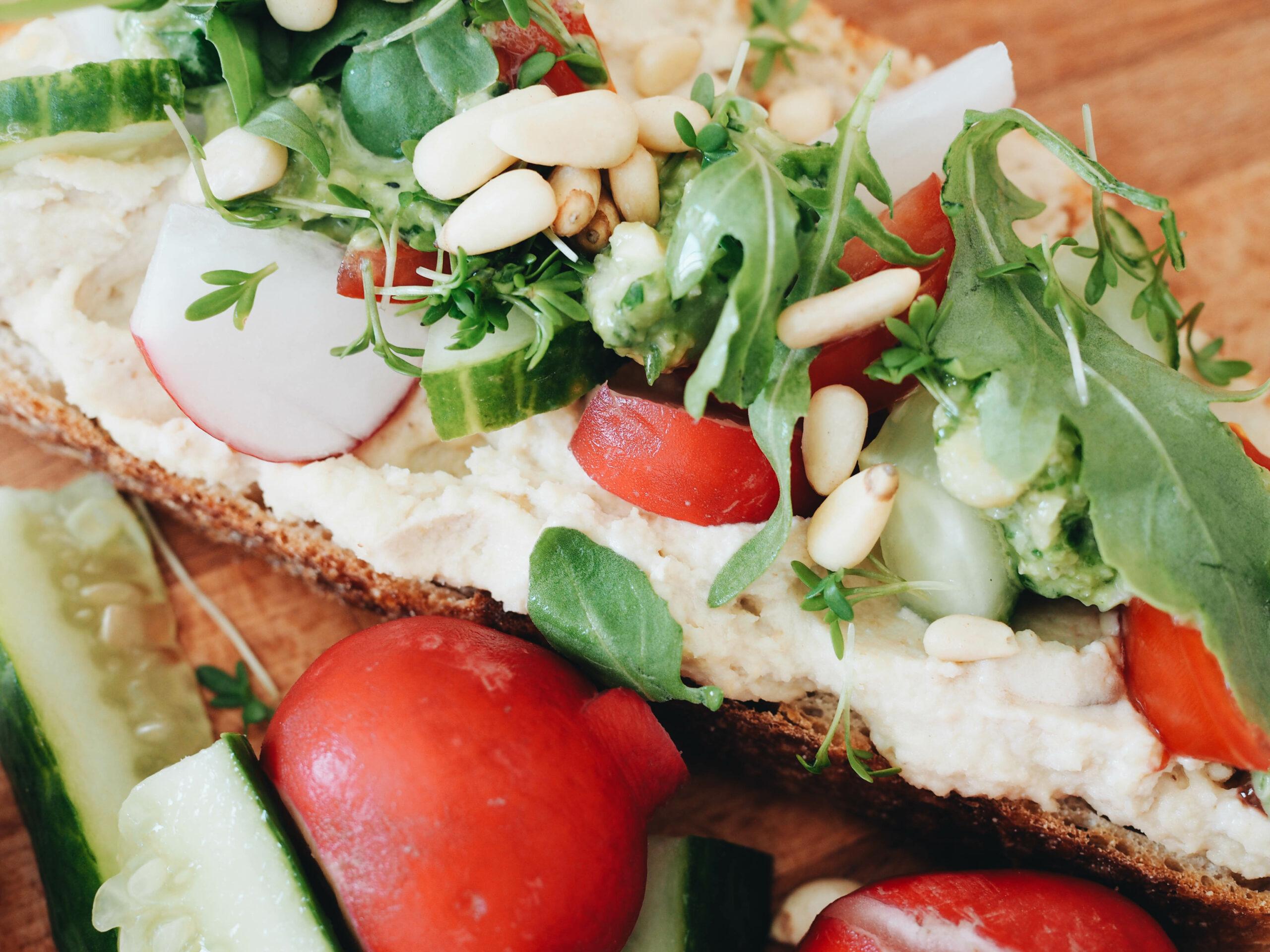 vegane Brotzeit Hummus Brot