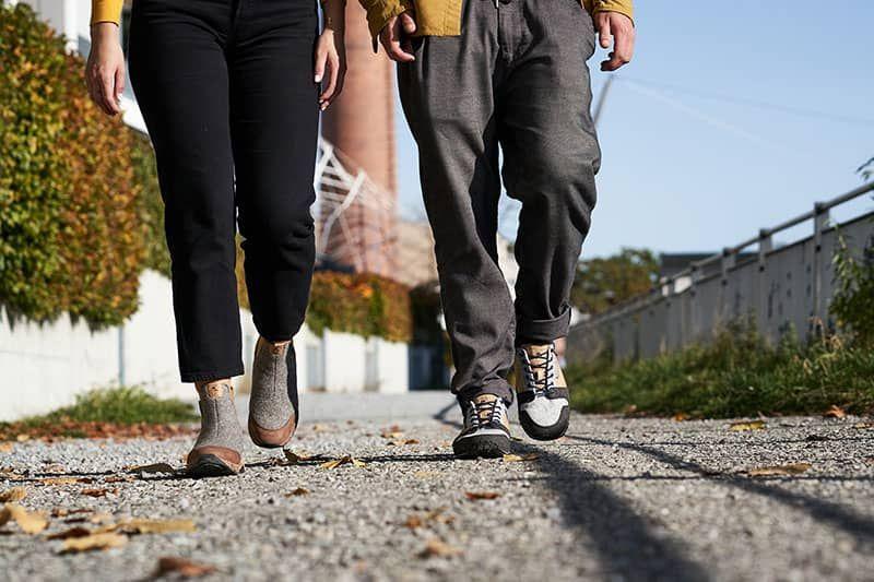 hell grauer sneaker in der stadt