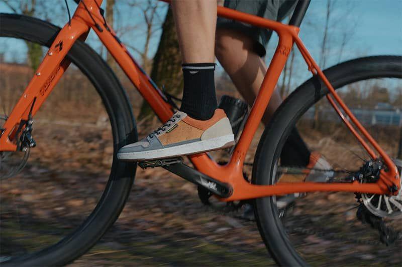 nachhaltiger sneaker in der natur