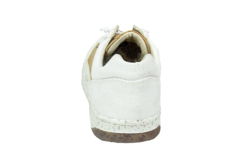 trendsetter modell mit weißen sneakern