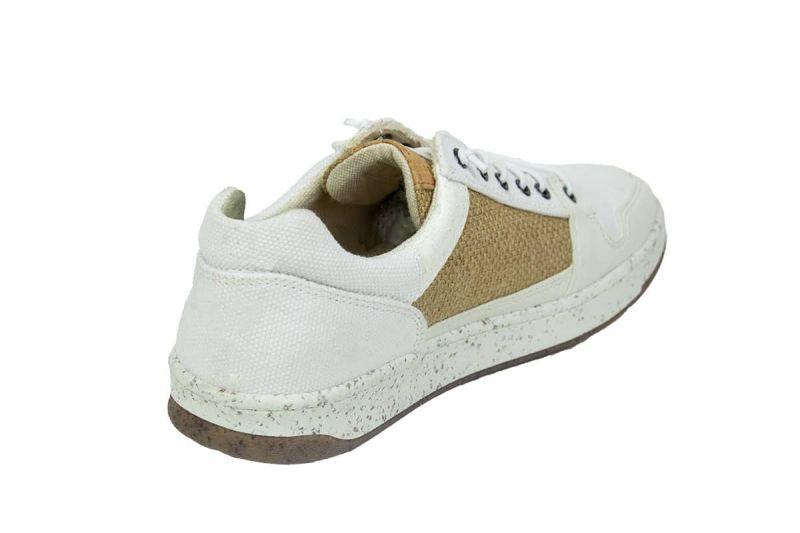 vegane sneaker in weiß beim testen