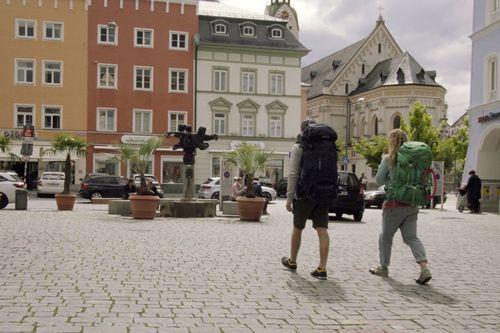 zwei personen laufen durch die stadt mit veganen sneakern