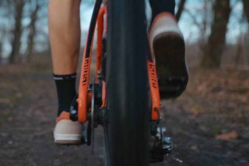 radschuhe auf einem gravel bike